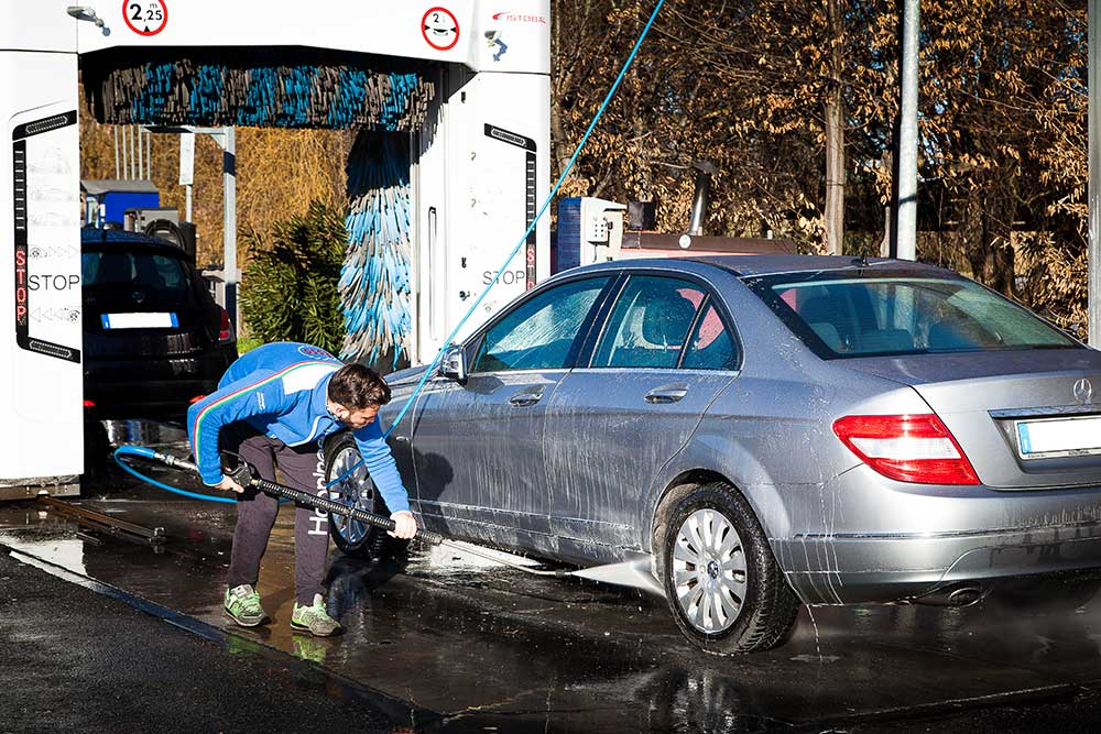 pulizia cerchioni auto modena, pulire la macchina a modena, autolavaggio modena, stazione di servizio modena, benzinaio modena, sostituzione lampadine auto modena